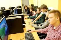 REDAKCE STUDOVIN při tvorbě strany v nově vybavené učebně.