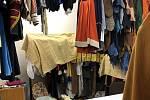V Hálkově divadle vyrábějí roušky pro nymburskou nemocnici.