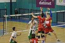 Prvoligoví volejbalisté Nymburka (v bílém) prohráli na své palubovce s rezervou ČZU Praha jasně 0:3.