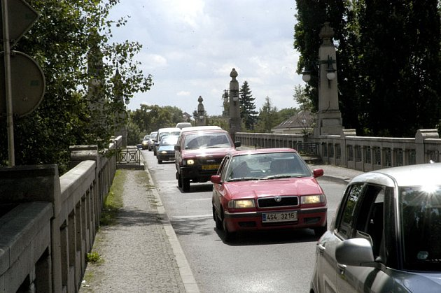 DOPRAVNÍ KOLAPS! Oprava mostu přes Labe a jeho uzavírka přinese řidičům těžké chvíle.