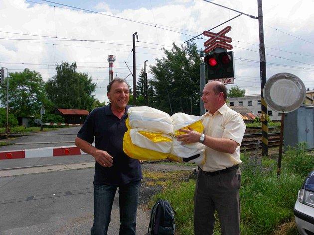 Nálezce Jiří Římal předává řediteli pivovaru Pavlu Benákovi ztracený balon.