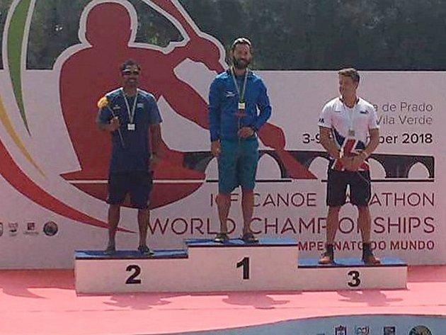 MISTR SVĚTA. Kanoista Lokomotivy Nymburk Ondřej Petr (uprostřed) získal zlatou medaili na světovém šampionátu, který se konal v Portugalsku.