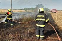 Zásahy drážních hasičů i požáru stavební buňky v Nymburce a hořící suché trávy v Kostomlatech.