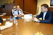 Poslanec Marian Jurečka na jednání s ředitelem jiřické věznice  Petrem Sukem.
