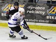 Hokejisté Nymburka (v tmavém) prohráli na svém ledě s jabloneckými Vlky 3:5.