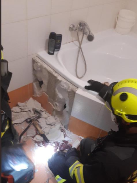 Nevšední zásah hasičů, zachraňovali psa zaklíněného v koupelně pod obezděnou vanou.