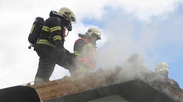 Požár střechy rodinného domu v Průhonicích.