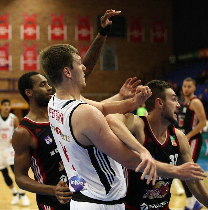 Basketbalisté Nymburka vyhráli domácí zápas nad svitavskými Tury 85:77.