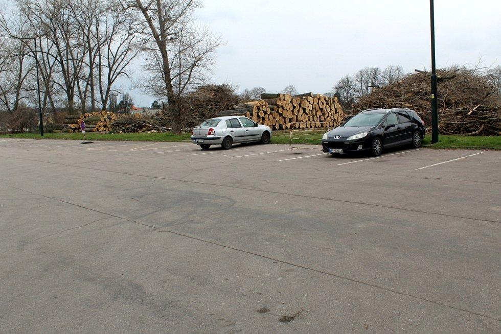 Parkoviště za zimním stadionem v Nymburce.