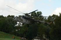 Den se záchranáři a odlet vrtulníků z hasičárky