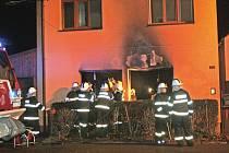 Hasiči vytáhli seniorku z hořícího domu.