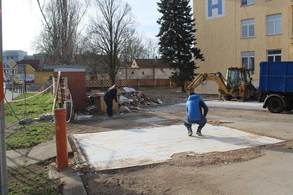 Tehdejší stavební úpravy u vchodu do nemocnice a instalace buněk sloužících jako vstupní filtr.