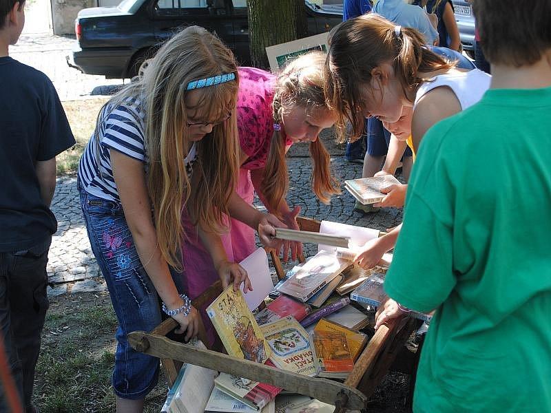 Piknik s knížkou pod vodárenskou věží v Nymburce