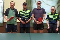 Úspěšné družstvo. Tým stolních tenistů Sadská D obhájil prvenství v okresním přeboru. Zleva Trejdl, Vydra, Počarovský, Vydrová