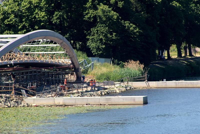 Pohled na lávku pár dnů před hlavní operací usazení střední části mostovky nad řekou.