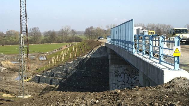První etapa obchvatu mětsa končí mostem přes železnici.