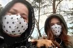 Čtenářka poslala foto v rouškách s dcerou a psím mazlem.