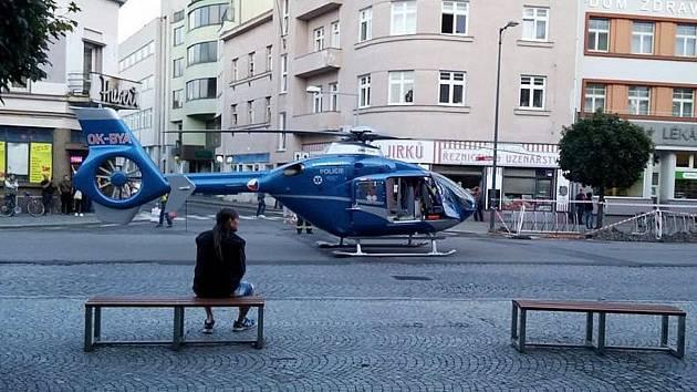 Na Riegrově náměstí přistál ve čtvrtek večer vrtulník. Transportoval vážně zraněnou dívku do motolské nemocnice.