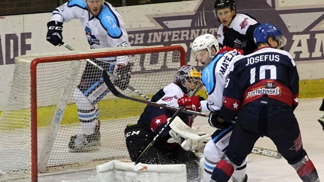 Hokejisté Nymburka (v tmavém) prohráli v dalším kole druhé ligy na svém ledě s lídrem z Vrchlabí 2:5.   Foto: Vlastimil Čech