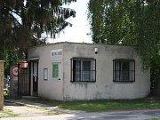 Zchátralý domeček hřbitovní správy je zastrčený za zdí nymburského hřbitova.