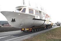 Transport lodí po starém pražském tahu