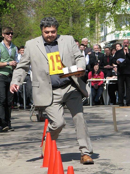 Běh číšníků na kolonádě