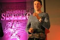 DVĚ CENY si ze slavnostního vyhlašování nejlepších sportovců na Nymbursku pro rok 2015 odnesl mladý kanoista Petr Fuksa. Byl první mezi mládežníky, navíc se stal Hvězdou deníku