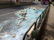 V městysu Lázně Toušeň, poblíž tamějších slatinných lázní, zavalilo Hlavní ulici zhruba deset tun střepů – a komunikace zůstala téměř neprůjezdná. Bylo to následek havárie nákladního automobilu převážejícího skleněné tabule, které se vysypaly na vozovku.