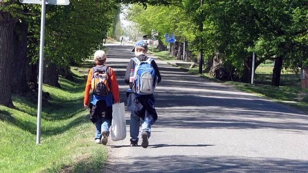 Touto cestou bez chodníku chodí děti v Hrubém Jeseníku každý den do a ze školy.
