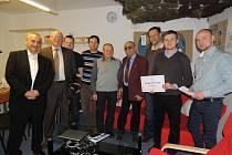 Jičínský Rotary klub předal šek na 40 tisíc korun Nízkoprahovému centru pro děti a mládež v Nymburce.