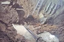 Kolem prasklého výtlaku se stále objevuje voda a písek, musel být povolán bagr, který by měl pomoci dostat se k problému.