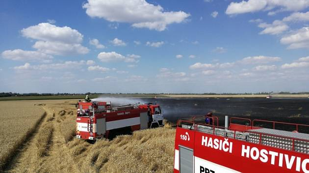 Požár pole s obilím u Hostivice likvidovalo dvanáct jednotek.
