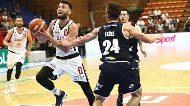 Z basketbalového utkání nadstavby Kooperativa NBL Nymburk - Děčín (97:53)