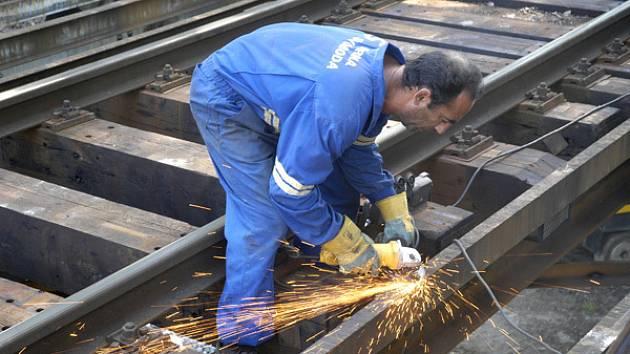 Po oficiálním zahájení rekonstrukce železničního mostu začaly práce naostro.