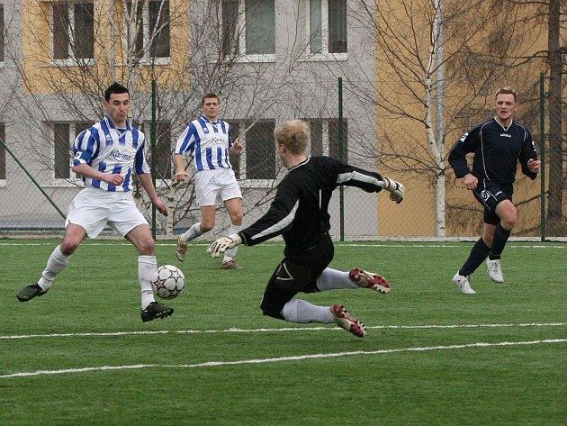 Z fotbalového utkání nejnižší krajské soutěže Paběnice - Sadská (2:0)