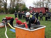 Hasiči nacvičovali požární útok na hřišti u Labe.