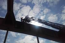 Netradiční zásah zaznamenali v neděli hasiči na Praze-západ. Přivoláni byli do Štěchovic; kvůli záchraně člověka na mostě přes Vltavu.