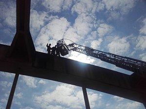 Hasiči zachraňovali muže z mostního oblouku ve Štěchovicích