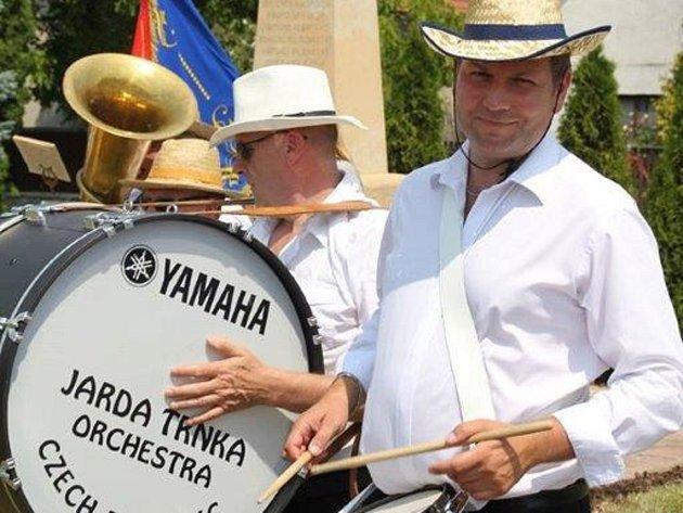 Jaroslav Trnka sTanečním orchestrem TOX slaví 25let.