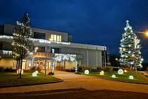 Vánočně vyzdobená milovická radnice a její blízké okolí.