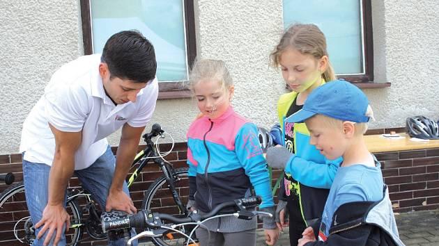 Děti se dozvěděly, co je na kole povinnou výbavou.