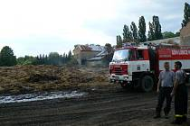 Ve středu odpoledne musely čtyři jednotky znovu k rozebranému stohu do Hradčan, který opět zahořel