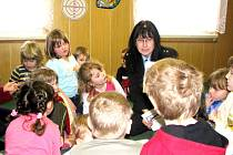 Zuzana Tuzarová na jedné z mnoha besed mezi dětmi.
