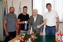 Loni na podzim na nymburské radnici se svými sportovními nástupci. Zleva Petr Fuksa, Martin Fuksa, Jiří Vokněr a starosta Pavel Fojtík.