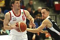Pavel Pumprla (v bílém), zkušený nymburský basketbalista