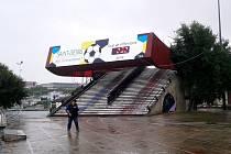 Slavnostní brána připomínající Euro 2016. Počet dnů zbývajících do začátku se vyfotit nepodařilo