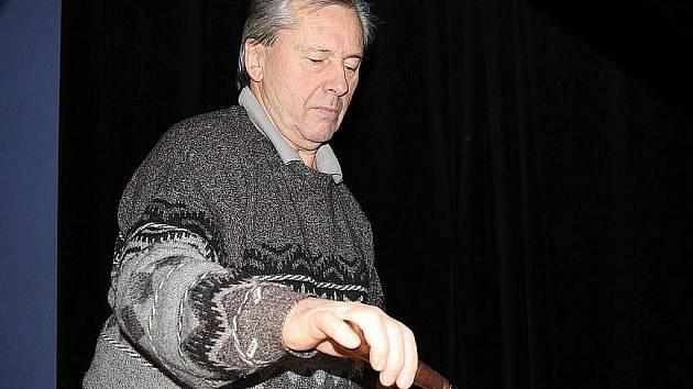 Ladič  Jaroslav Kastner ladil klavír v divadle Na Kovárně v Poděbradech.