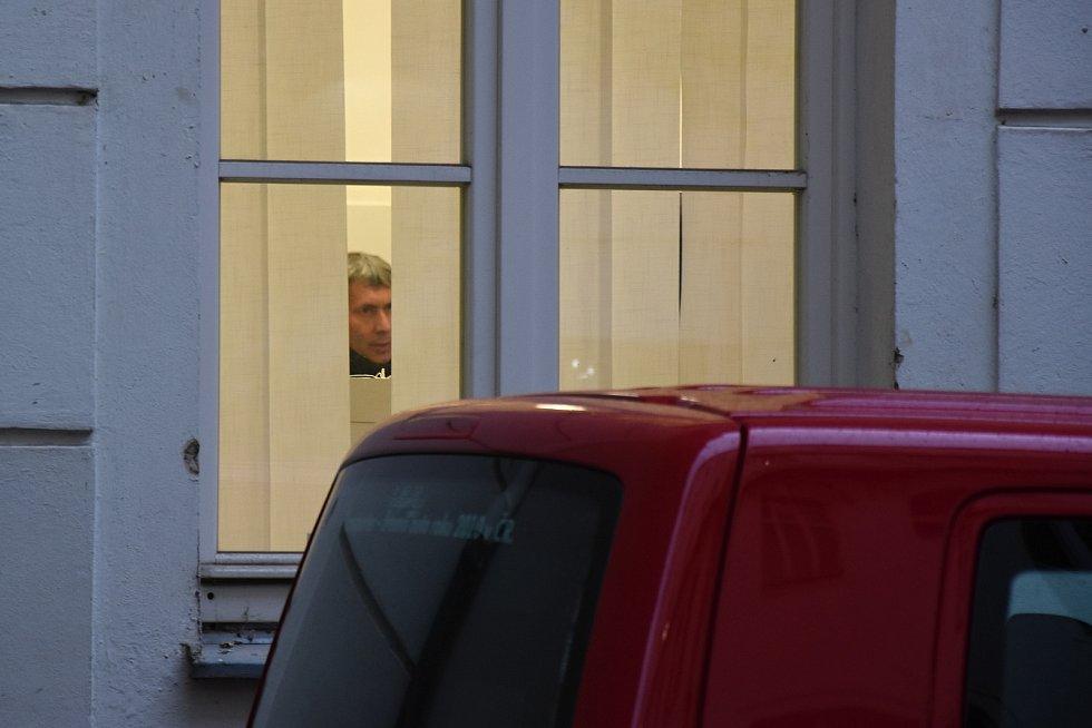 Za přísných bezpečnostních opatření přebíral v pondělí Krajský úřad Středočeského kraje od zástupců radnic takzvaných pověřených obcí hlasovací lístky a další volební dokumentaci z nedávných parlamentních voleb.