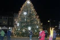 Vánoční strom na nymburském náměstí Přemyslovců svítí.