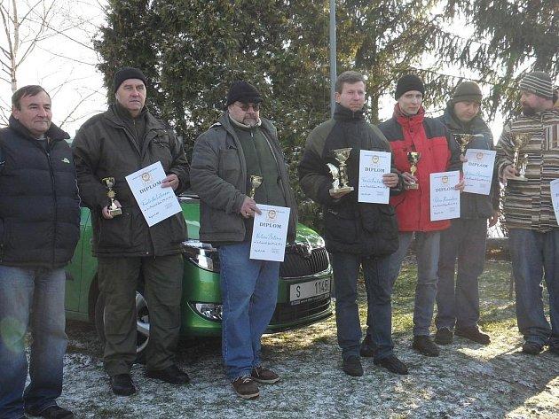 Na snímku jsou nejlepší střelci ze střeleckého klání ve Dvorech, kde se konala soutěž pod názvem O vánočního kapra